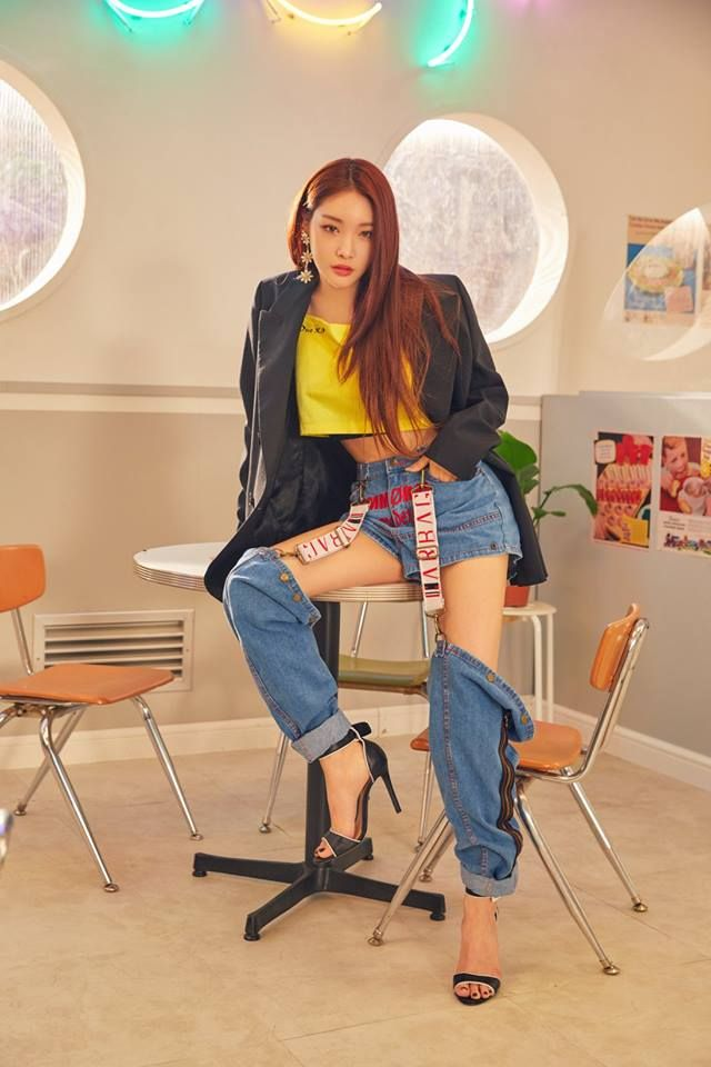 and the full length version of Chungha.  Fashionable trousers?  I guess but they cannot be comfortable to wear but then fashion and comfort are not always happy bed fellows.  AMx #kpopfashion