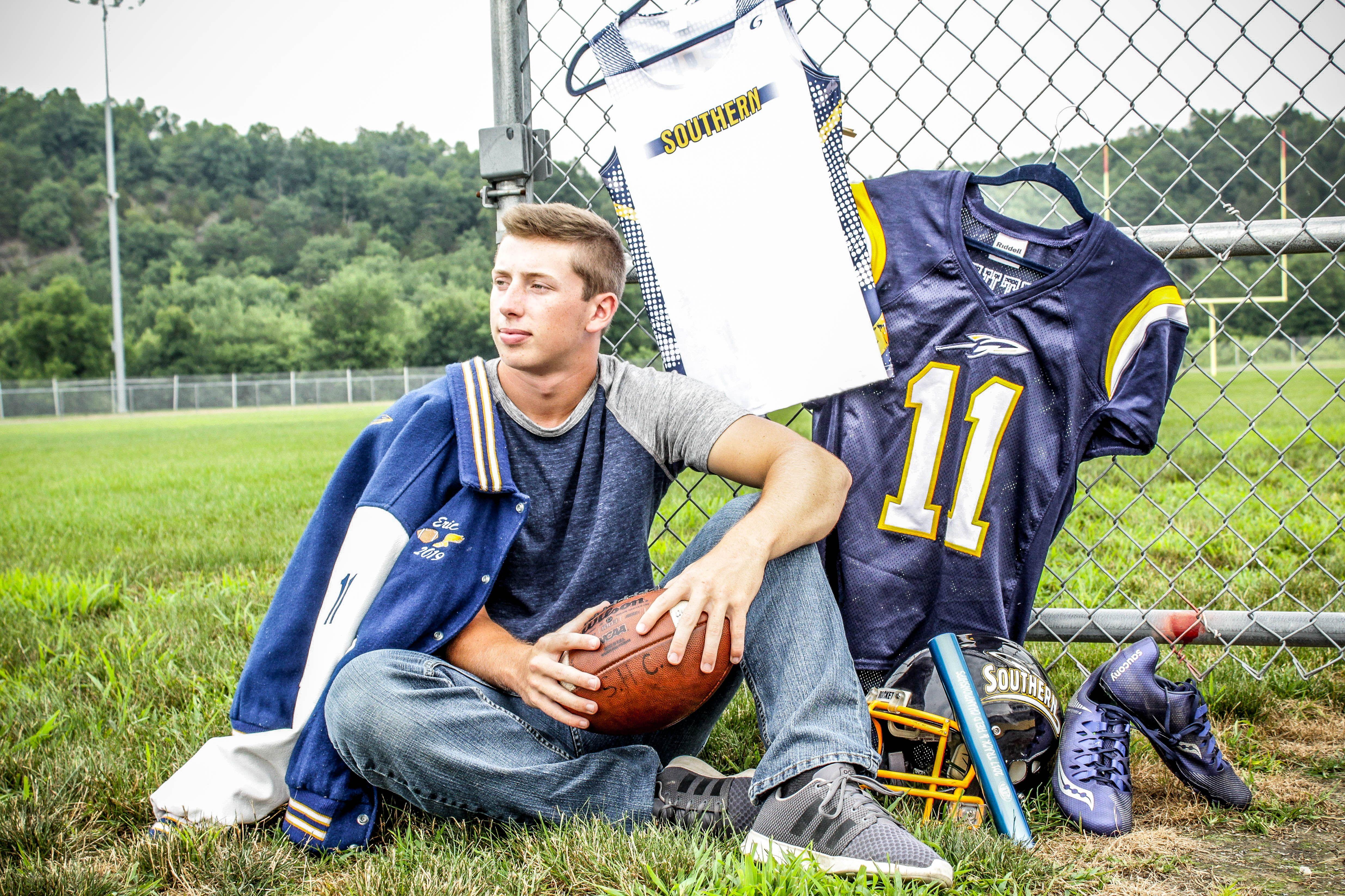 senior picture ideas, football, track, sport | Track ...
