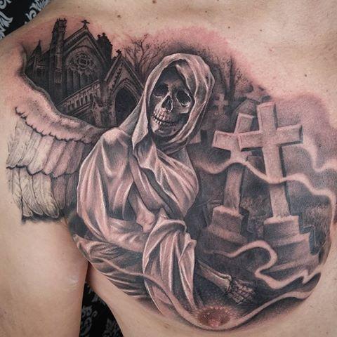 Ángel de la muerte con fondo de cementerio en la zona del pecho, a