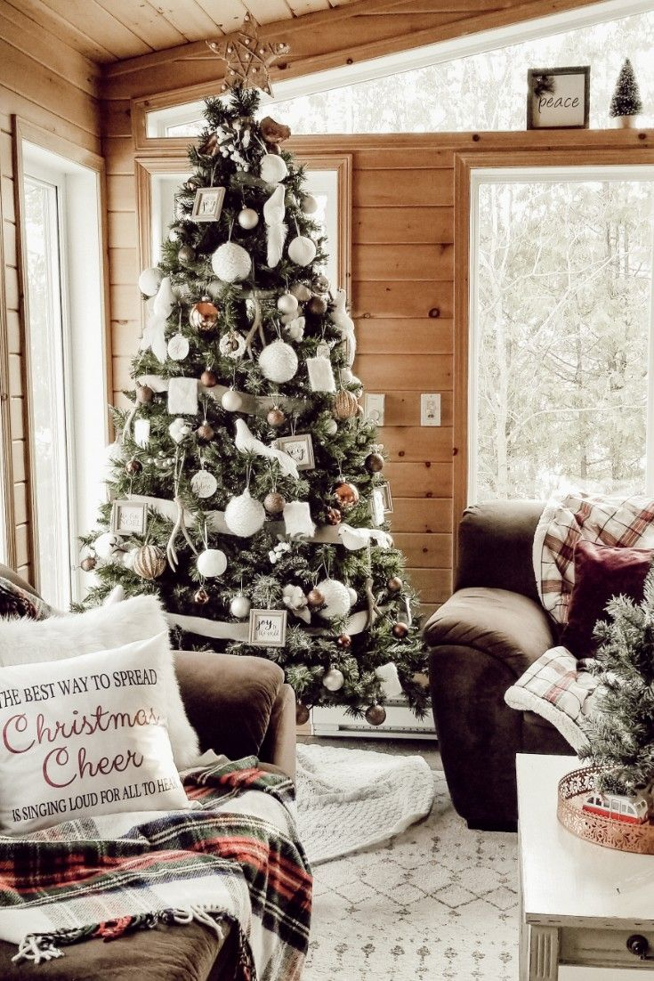 Learn how to decorate your Christmas tree like a pro with these amazing tips and hacks. #christmastree #neutralchristmastree