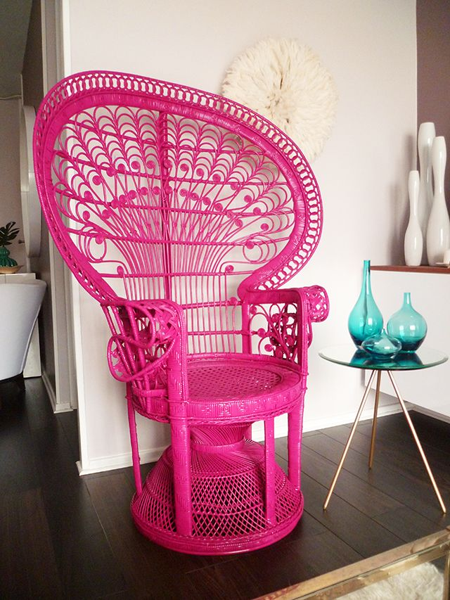 Pink peacock chair... It would be cool to paint it black the dry ...