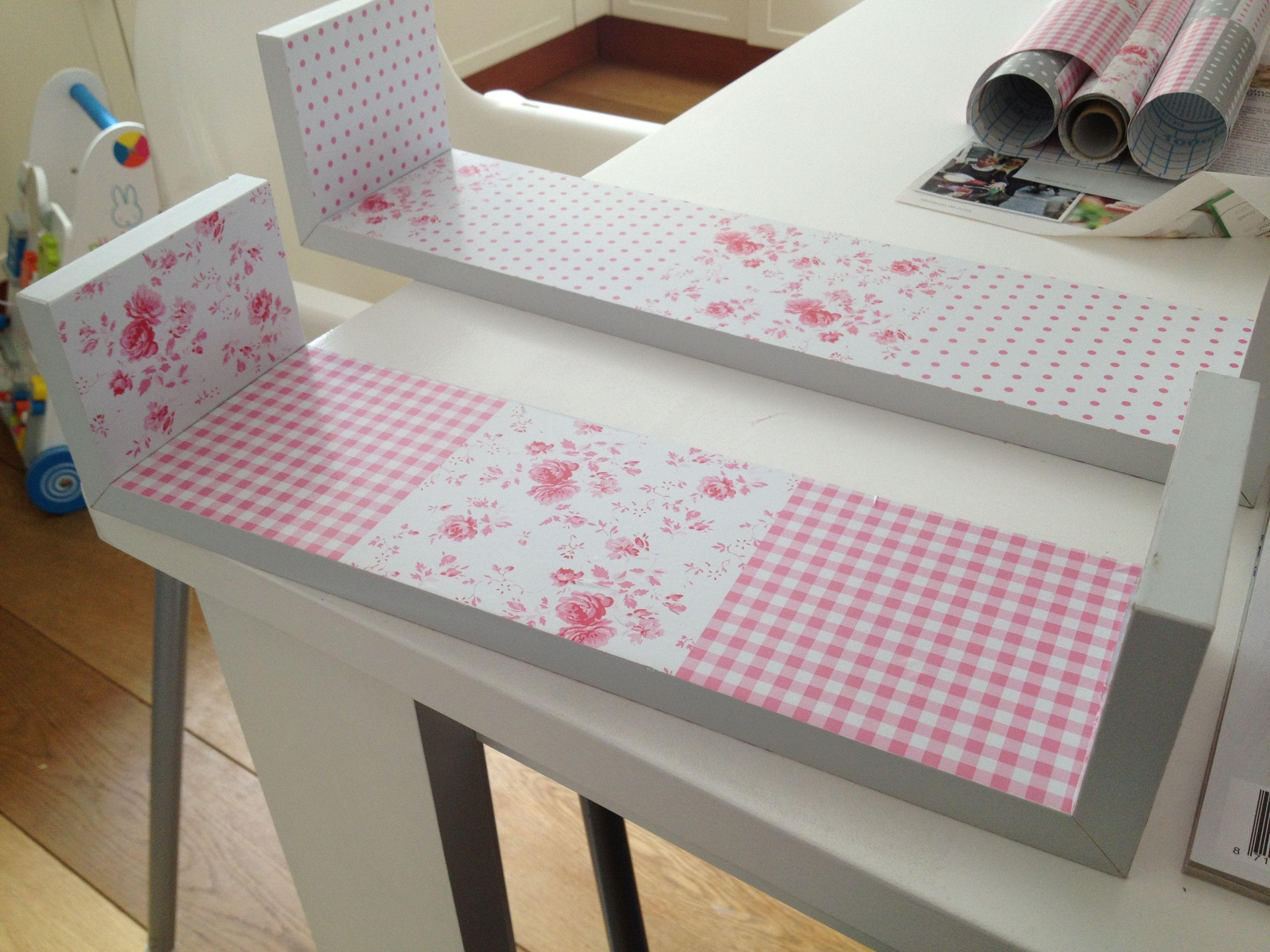 1 saaie witte plankjes opgeknapt met vrolijk plakplastic