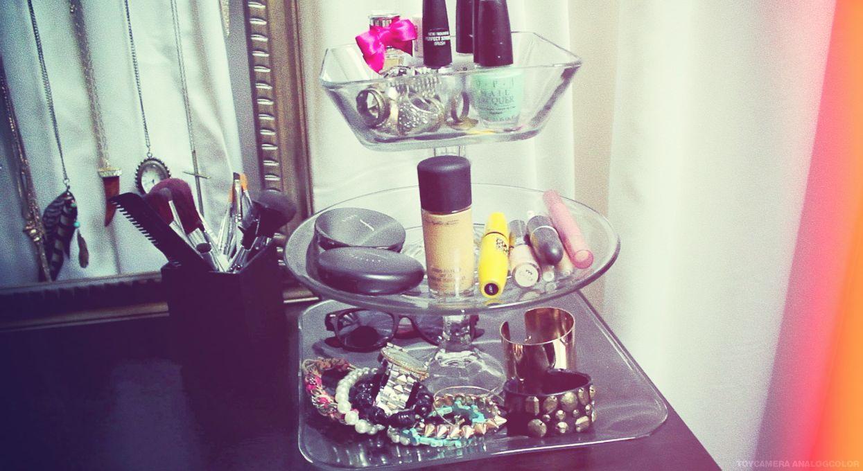 DIY tiered stand for makeup - hair - jewelry - stuff :) {desireandinspire.com}
