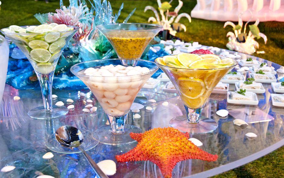 E frutas frescas como limão, laranja, maracujá e lichia para os drinks
