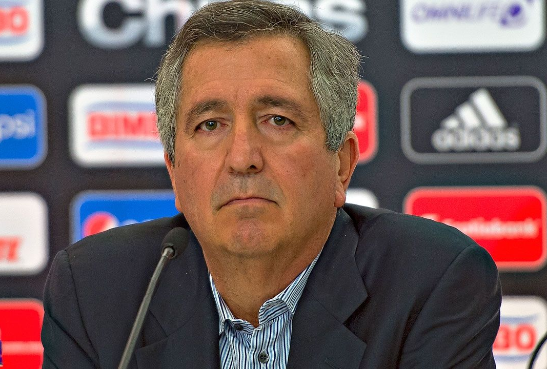 VERGARA ASEGURA QUE EL CLÁSICO NO SENTENCIA A ALMEYDA El dueño del Guadalajara aseguró que el argentino seguirá la próxima campaña pase lo que pase.