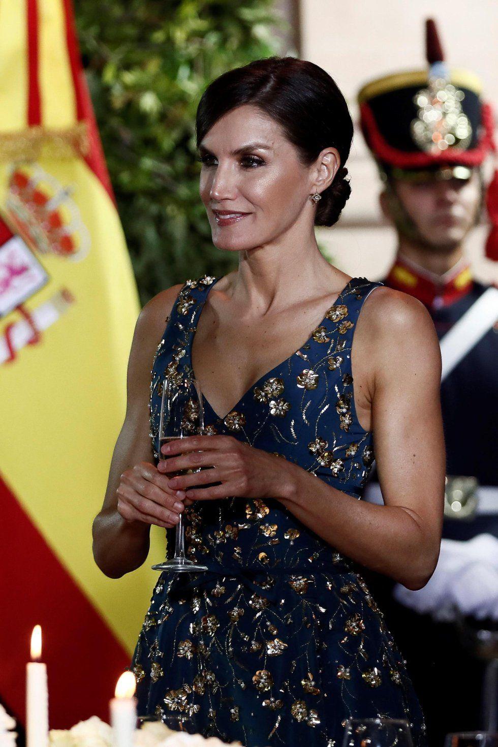 Fotos Los Reyes Con Valeria Mazza Vargas Llosa Y Pimpinela En Argentina Doña Letizia Reina Letizia Llosa