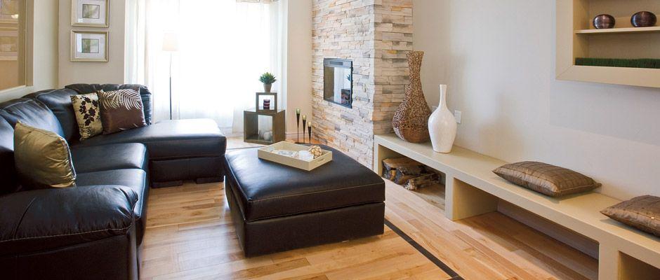 Salon Avec Foyer Mural : Salon tendance avec divan en coin et foyer électrique