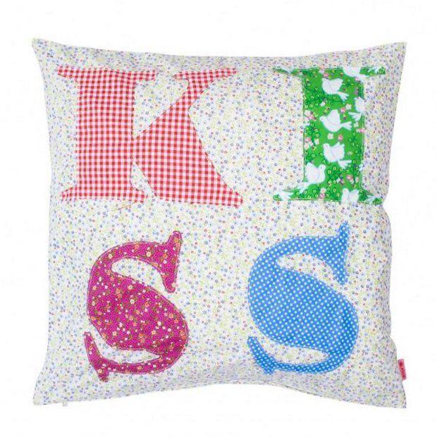 Akcesoria. Poduszka z bawełny w kwiatuszki, z napisem LOVE - każda litera z tkaniny w inny wzór, wym. 40 x 40 cm, cena 118 zł; scandihome.pl