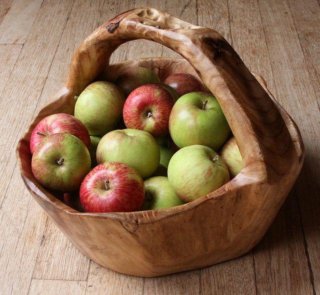 wooden basket of apples-- sedronio puede hacer esto!