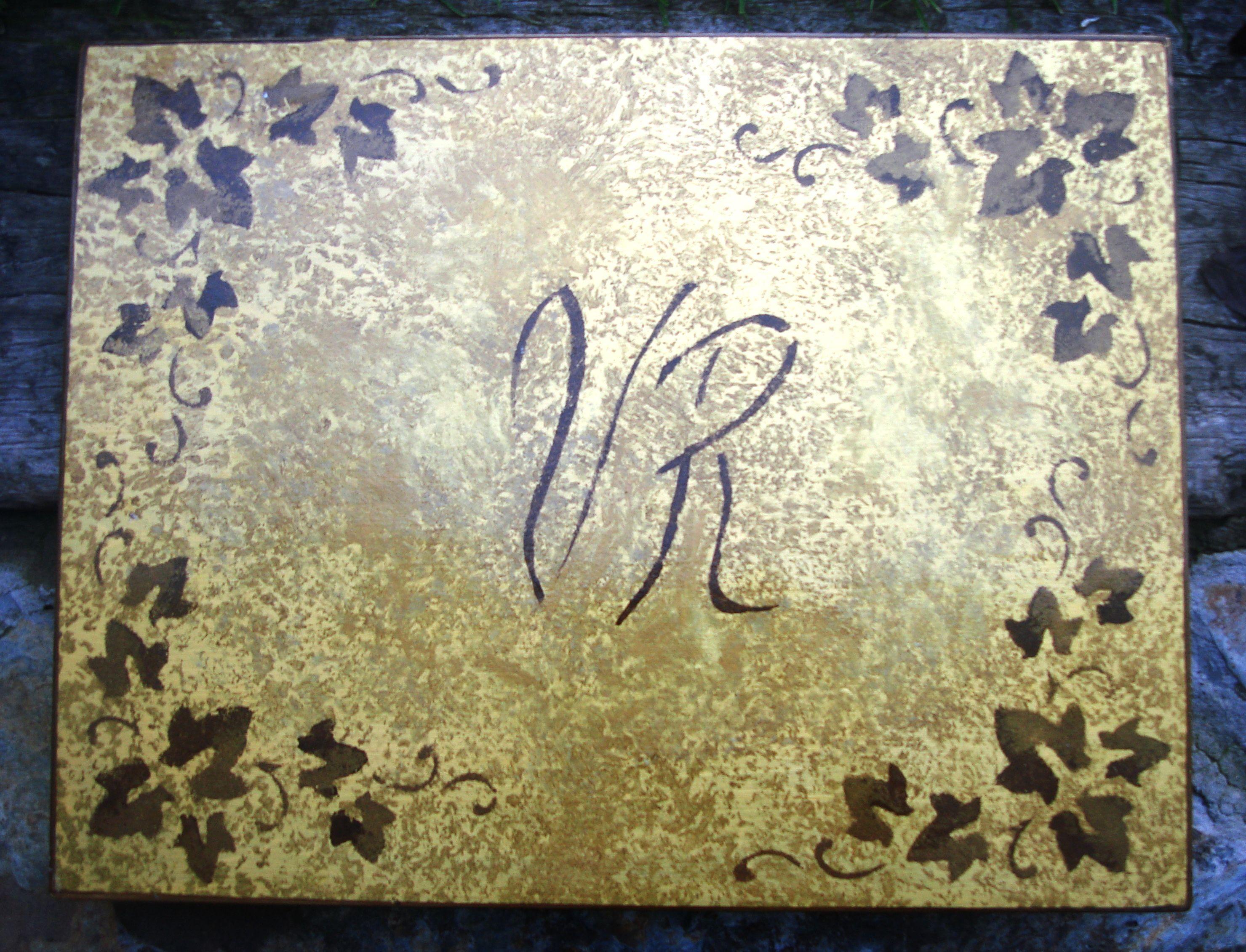 bajos platos con iniciales y detalles florales.terminacion brillante y protegido por debajo con  terciopelo negro adhesivo.