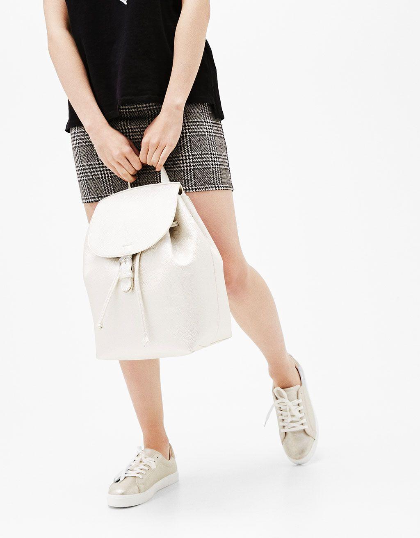 Mochila grande minimal. Descubre ésta y muchas otras prendas en Bershka con nuevos productos cada semana