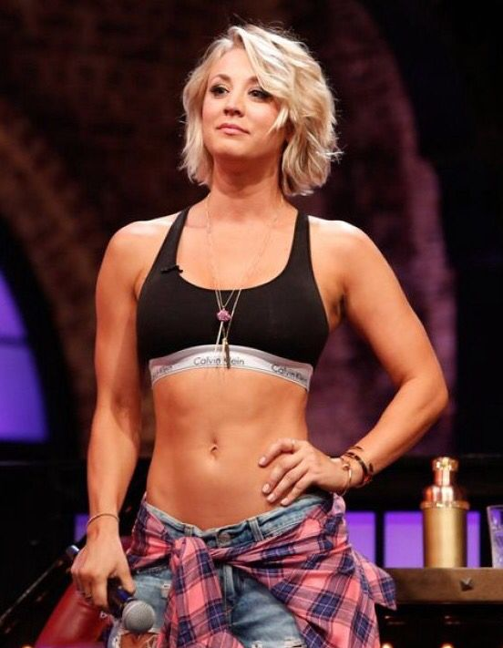 Med hendes atletisk krop og Farvet hårtype, uden BH (størrelse 34C) på stranden i bikini
