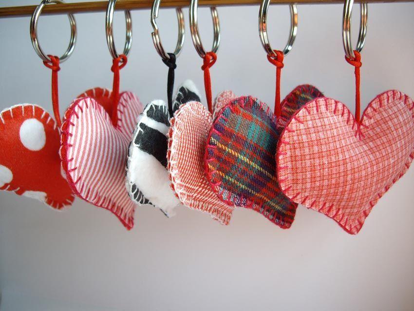 Aprende Hacer Llaveros De Tela En Forma De Corazon Red Social Claseclub Com Valentine Crafts Valentines Diy Sewing Crafts