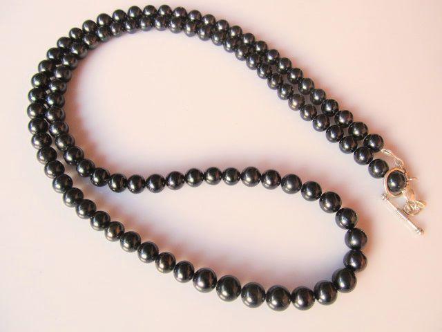 Lange ketting van 70 cm met zwarte zoetwaterparels. slotje zilver. www.doloressieraden.nl