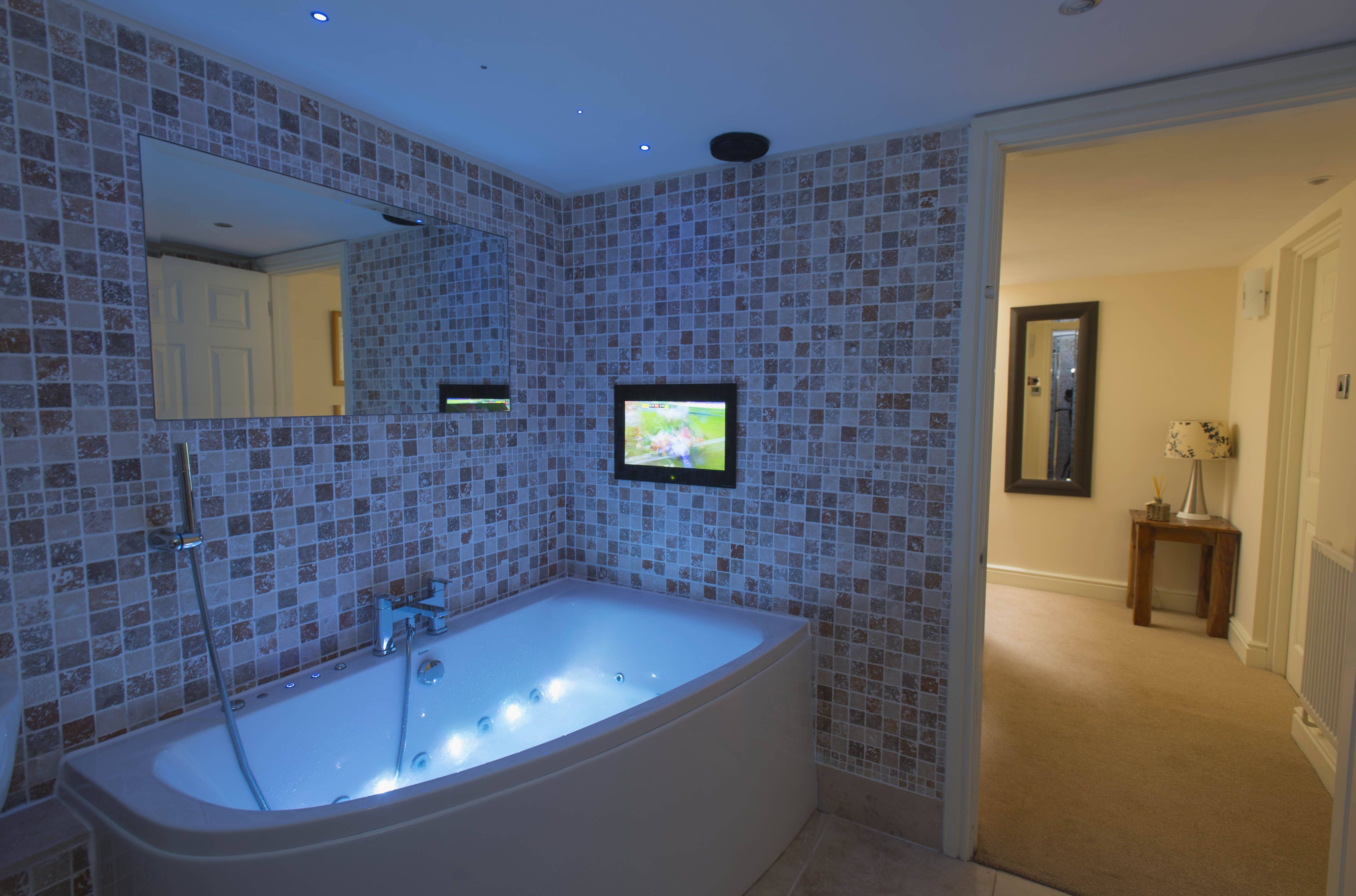Jacuzzi bath (with bluetooth connection!), bathroom tv, underfloor ...
