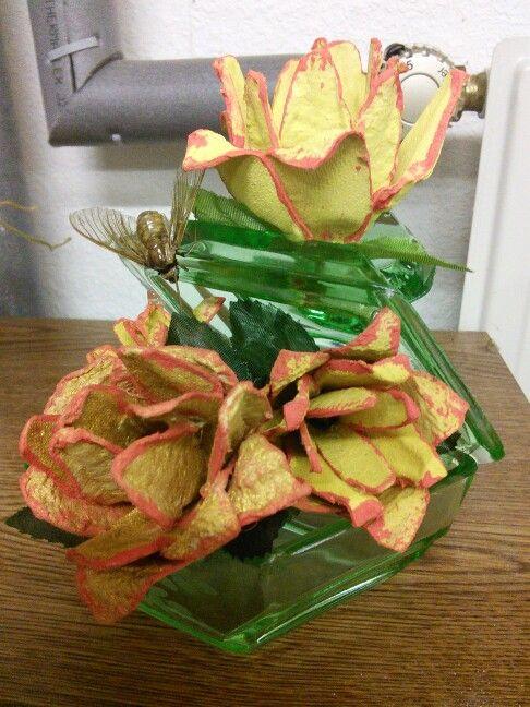 Blumen aus Eierkarton mit Falter