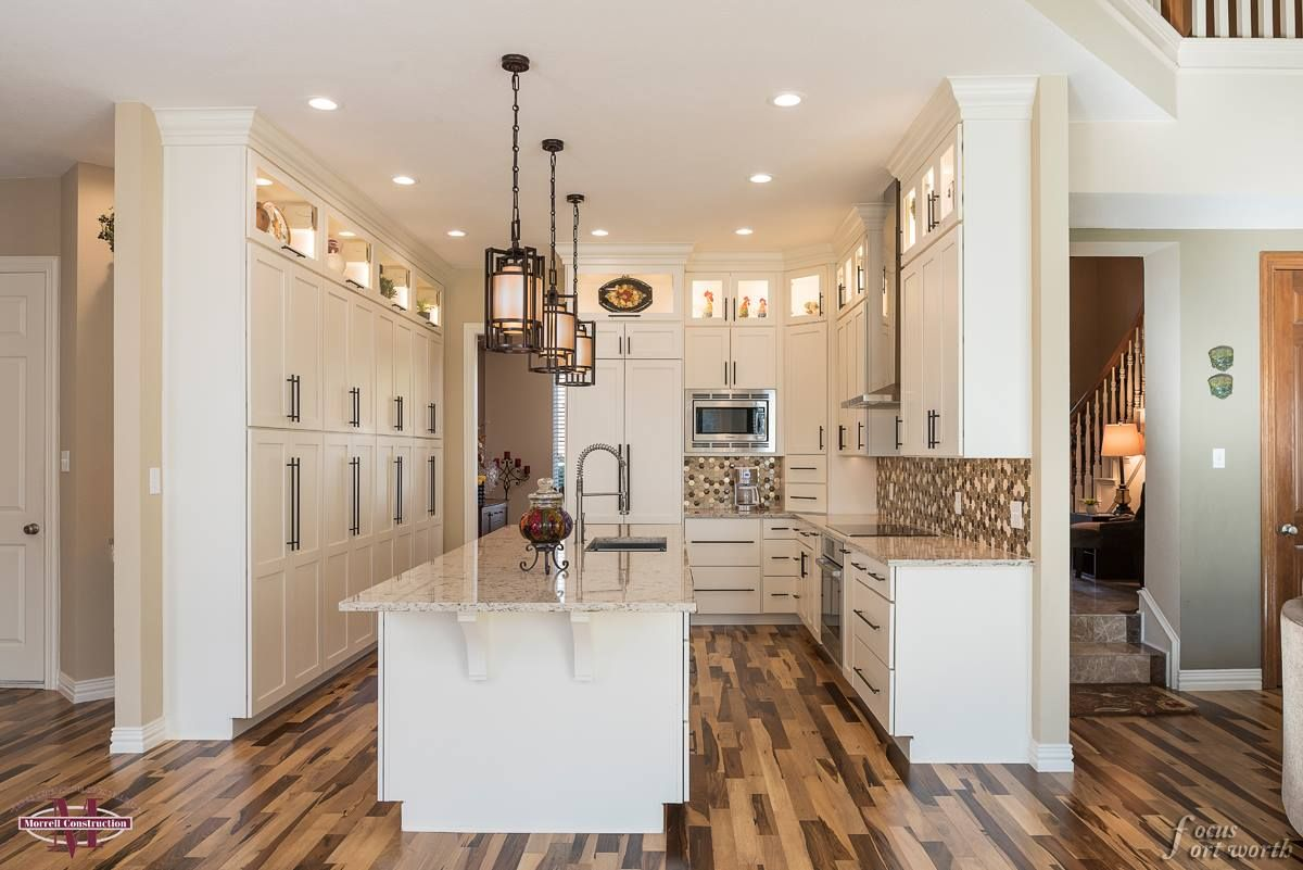 Fall In Love With This Beautiful Wellborn Cabinet Inc White Kitchen It Features A Timeless But Elegant Appeal To The Wellborn Cabinets White Kitchen Kitchen