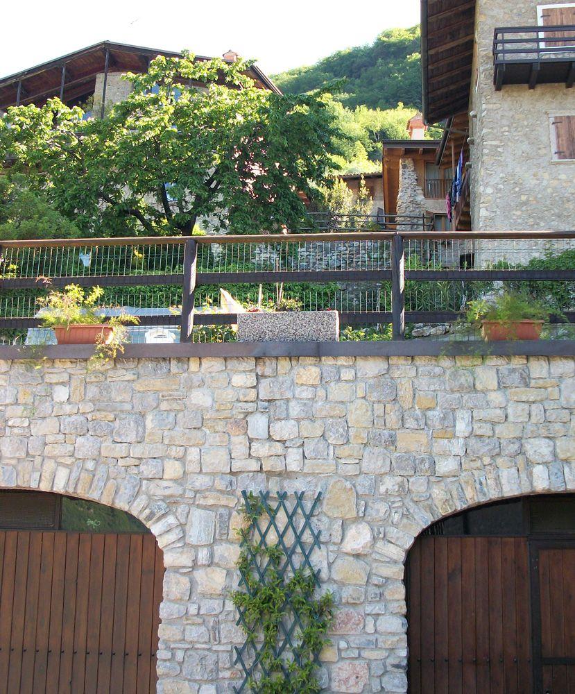 Fioriera in ghiaia lavata modello 80x25, ghiaia di fiume. Località: Tenno (Trento).