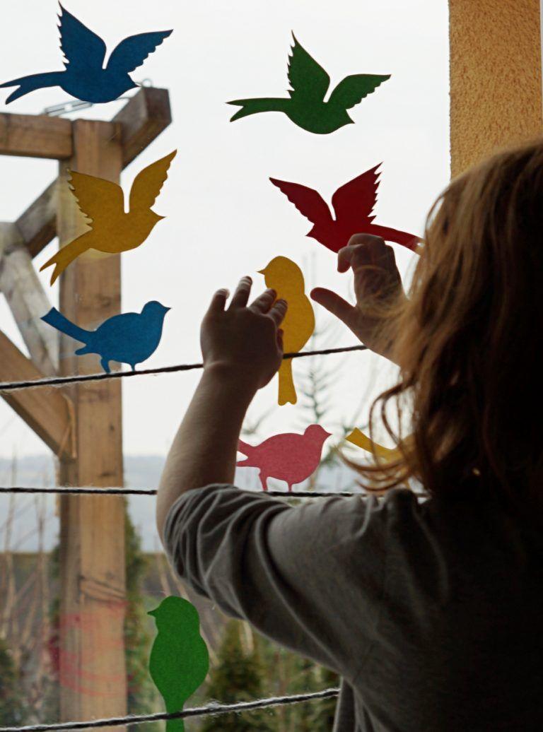 Hallo Frühling // von einem bunten Vogelparadies an unserem Fenster + Druckvorlage #bastelprojektefürdenfrühling