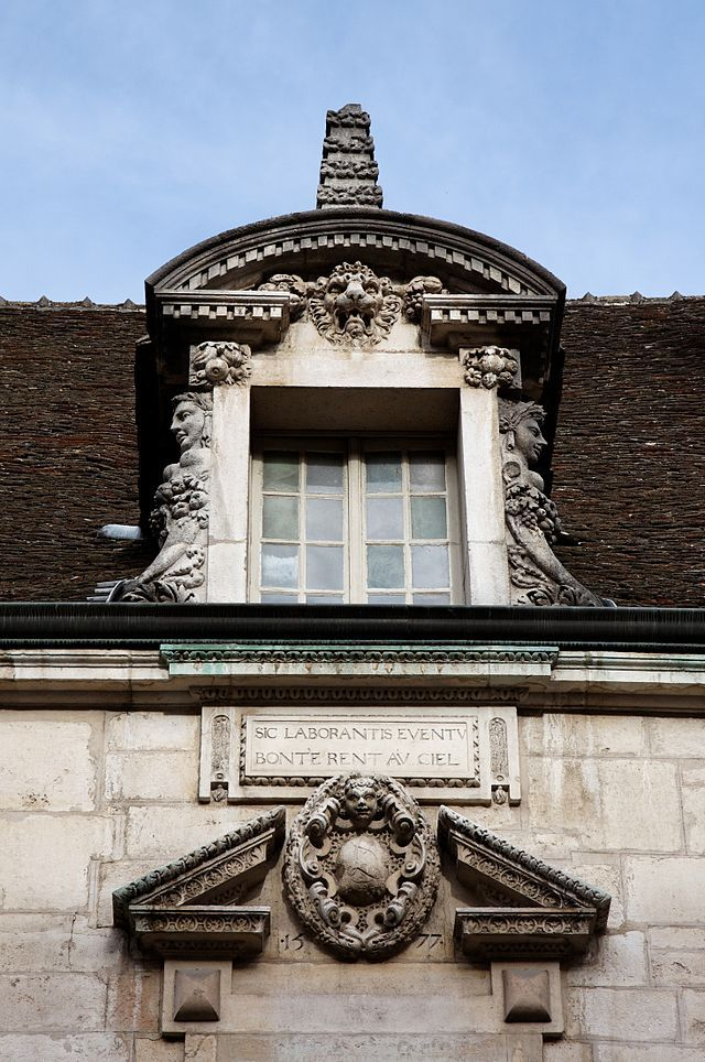 Maison de Beaune - détail architecture chien-assis Pinterest