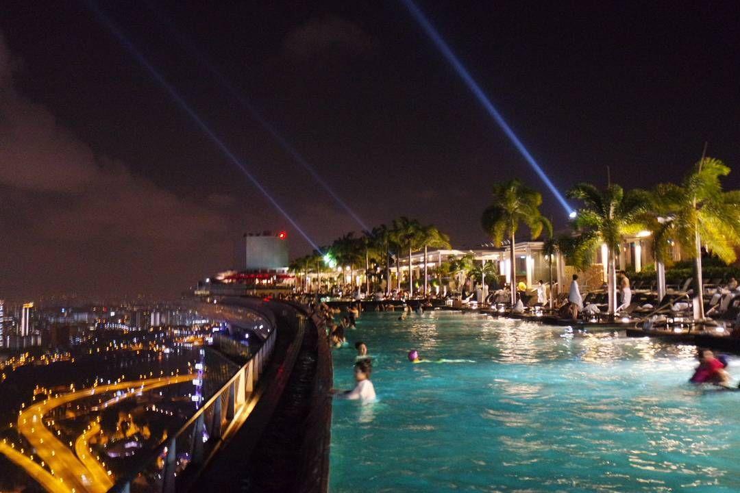 밤의 인피니티풀낮보다 사람은 적었지만 추웠음!  #싱가포르 #싱가폴 #여행 #마리나베이샌즈 #인피니티풀 #야경 #singapore #travel #marinabaysands #infinitypool #20160228 by suku924