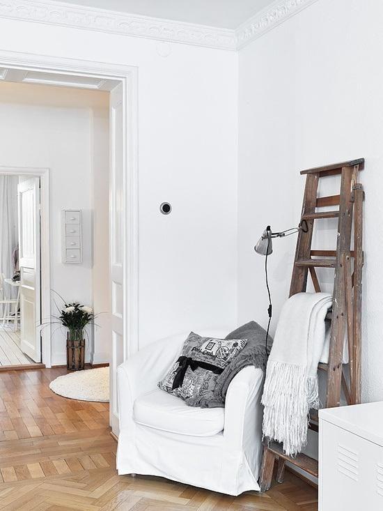sillón blanco rincón de lectura escalera de madera para decorar - rincon de lectura