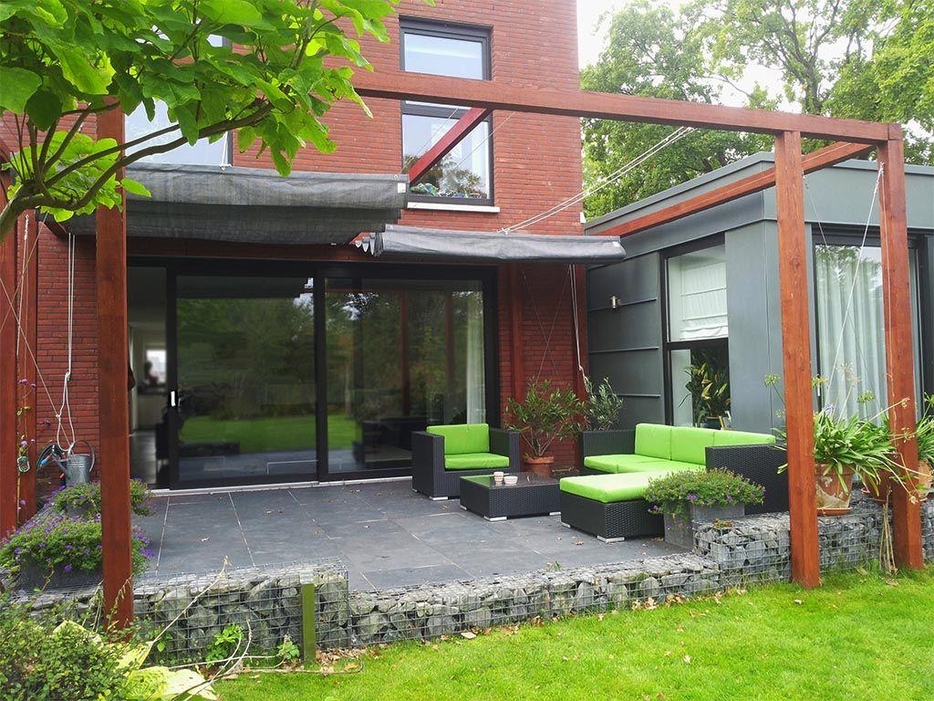 Moderne Garten moderne robuuste houten pergola met schaduwdoek in groningen