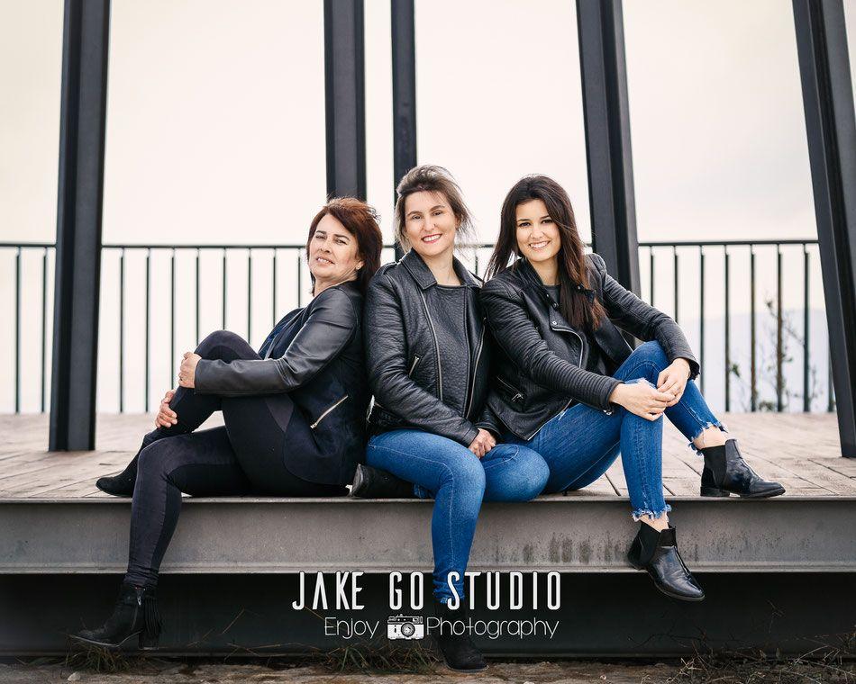 Madre e hijas. Fotografía de familia. Jake Go Studio. Fotógrafo. Pego. Alicante. España