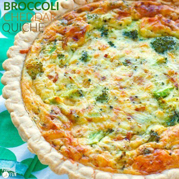 Diese einfache vegetarische Brokkoli-Quiche Rezept hat eine cremige glatte Vanillesoße Inneren, und es ist mit Brokkoli und scharfen weißen Cheddar-Käse gefüllt.