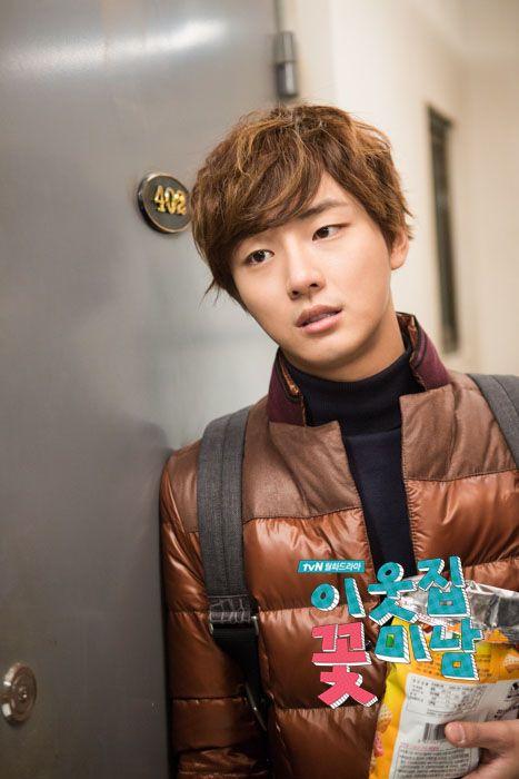 Enrique tratando de hacer salir de su casa a Dok Mi - Flower Boy Next Door Episodio 5