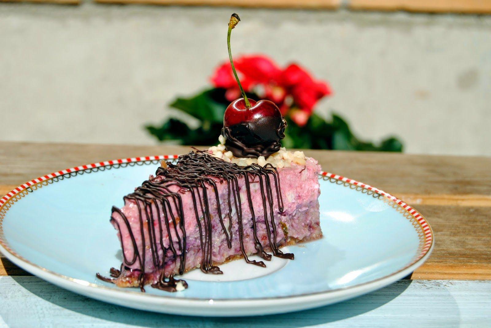 Terveen Hyvää: Mansikka-kirsikkaraakakakku ja juhannuksen taikaa