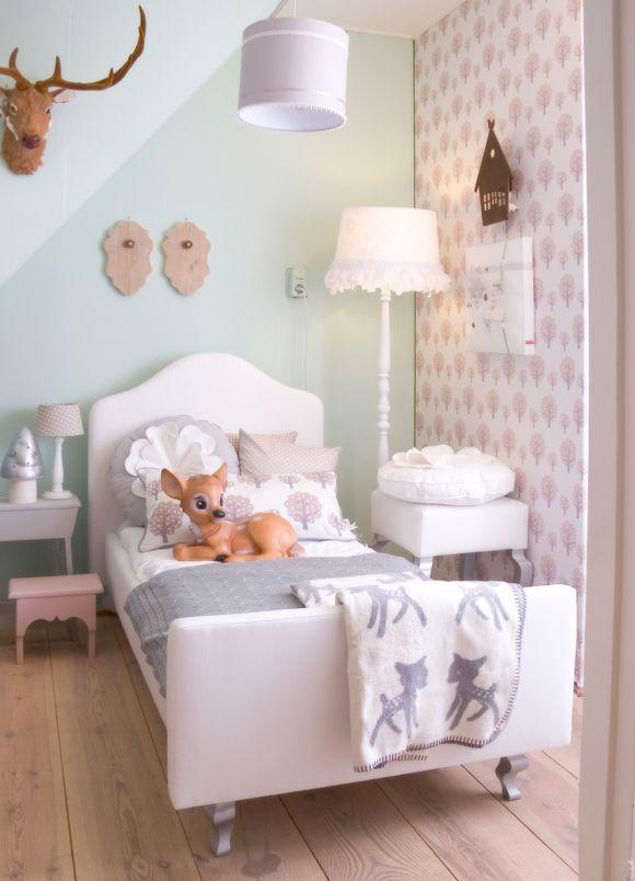 bambi veille sur le lit de cette chambre de petite fille toute douce j 39 adore le papier peint et. Black Bedroom Furniture Sets. Home Design Ideas
