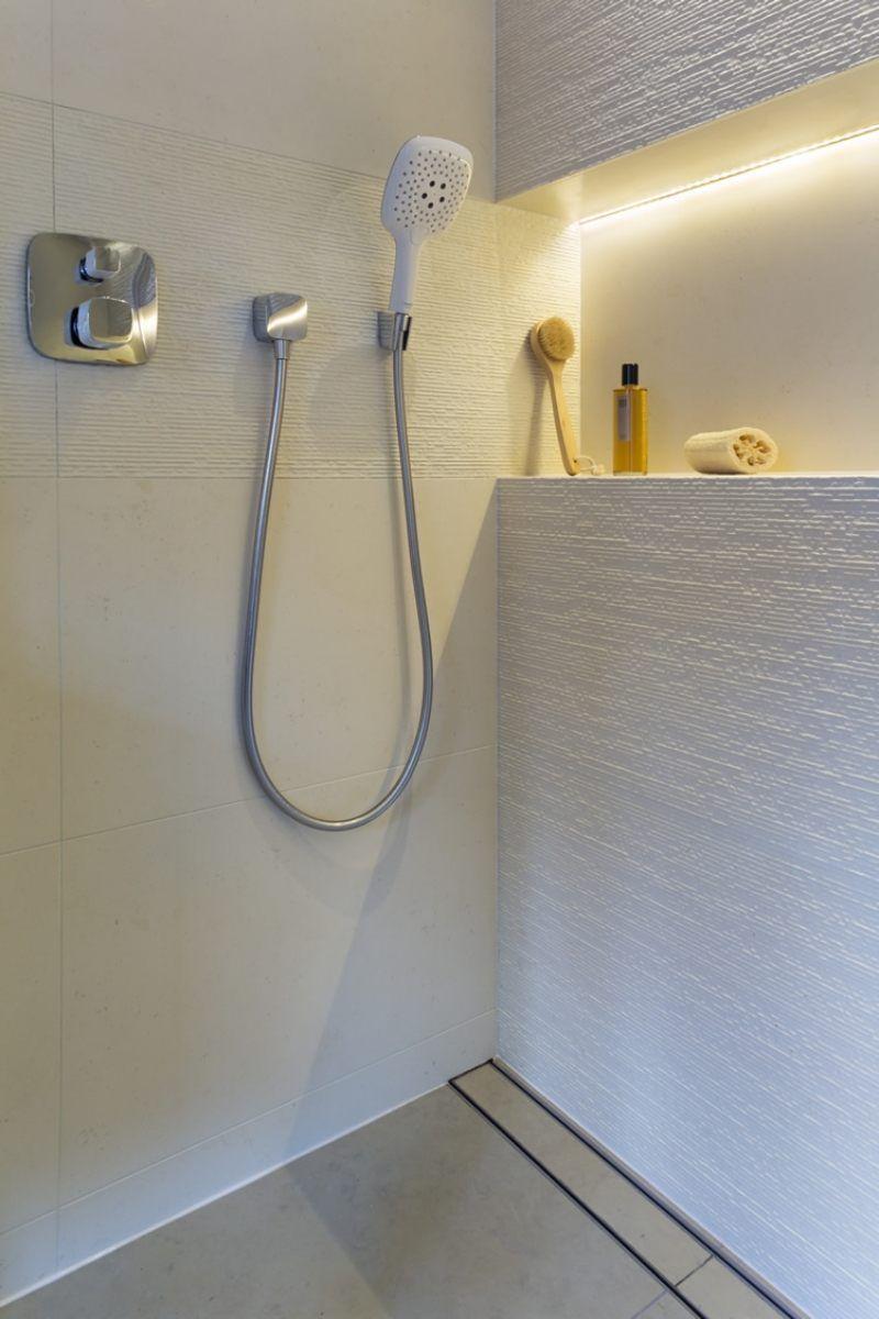salle de bains blanche avec une niche illuminée par un ruban led  www.justleds.co.za #badeværelseinspiration