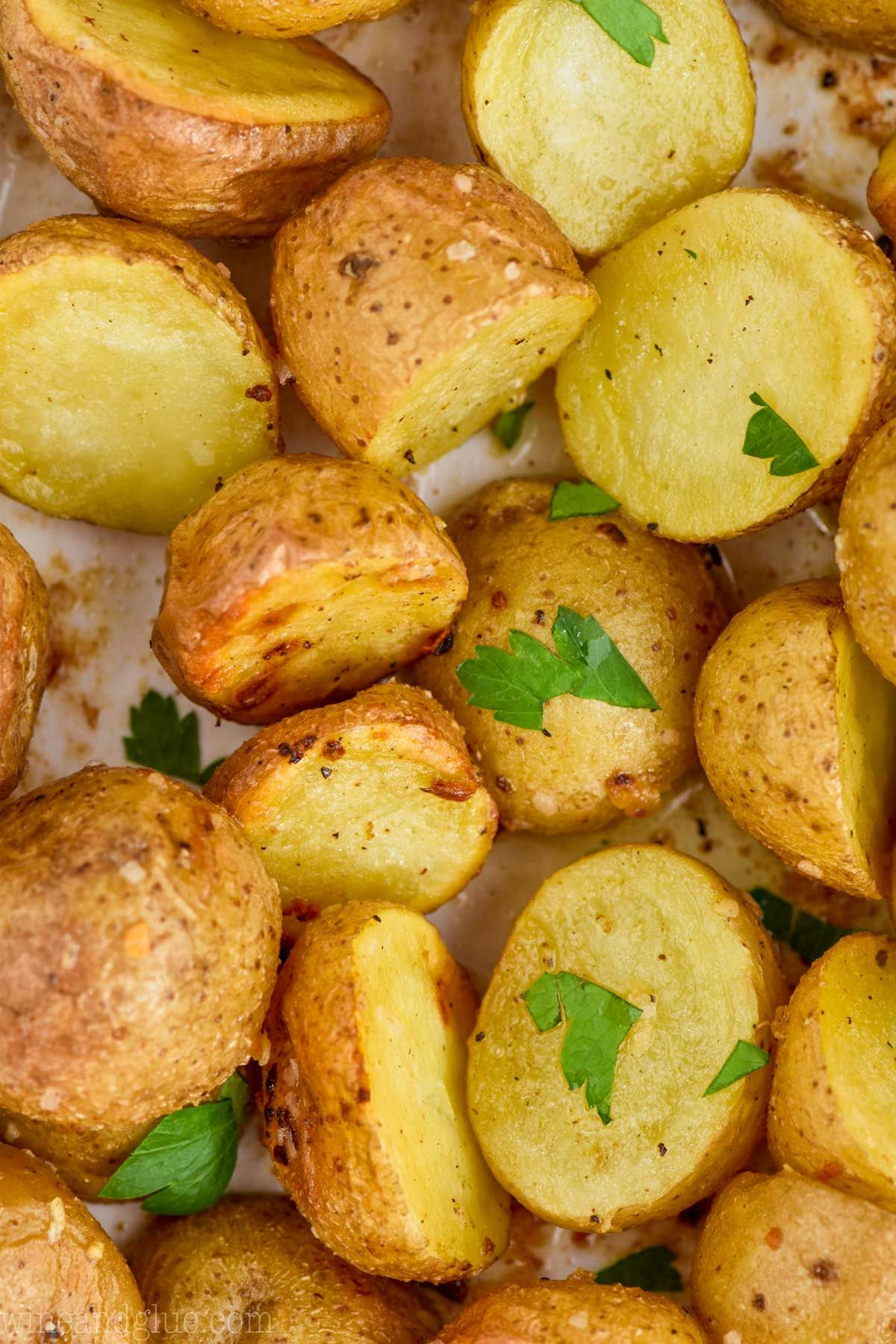 This Roasted Baby Potatoes Recipe Makes Such An Easy And Delicious Side Dish I Baby Potato Recipes Roasted Baby Potatoes Potato Recipes Side Dishes