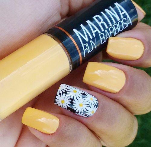 black white & yellow daisy nail
