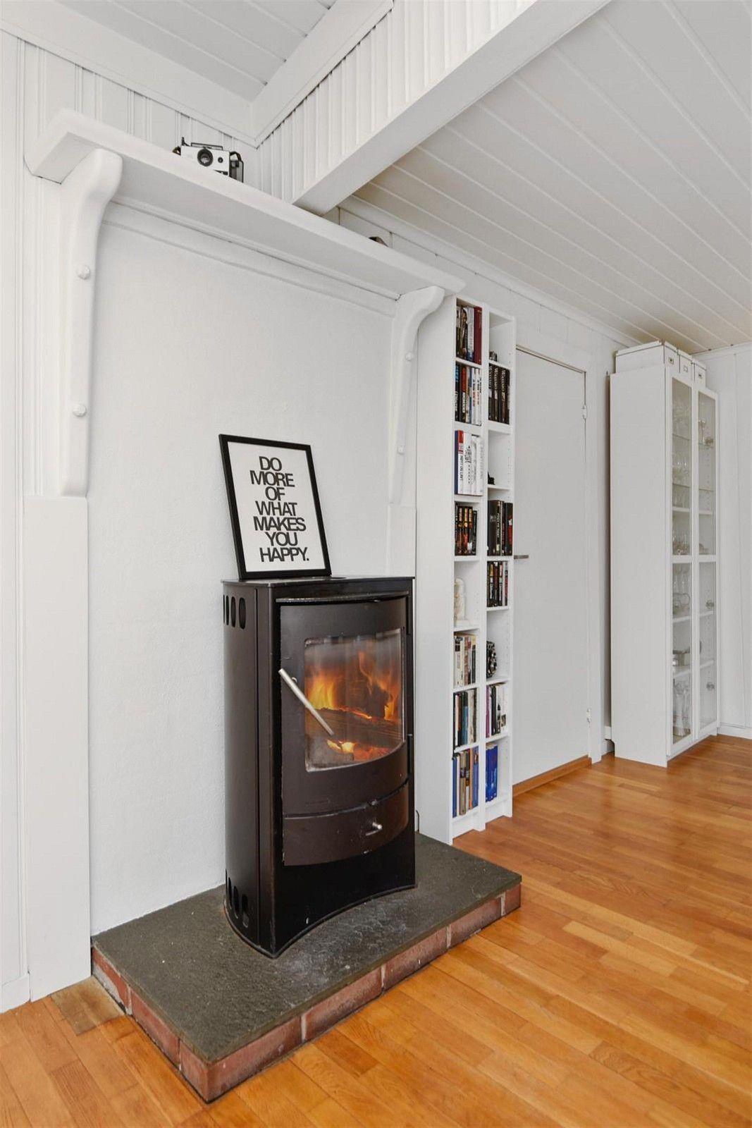 U. etasje/kjeller: Gang/omkledningsrom, bod og bad. 1 etasje: Entre/gang, kjøkken og stue. 2 etasje: Gang/kontor, alkove og 2 soverom.