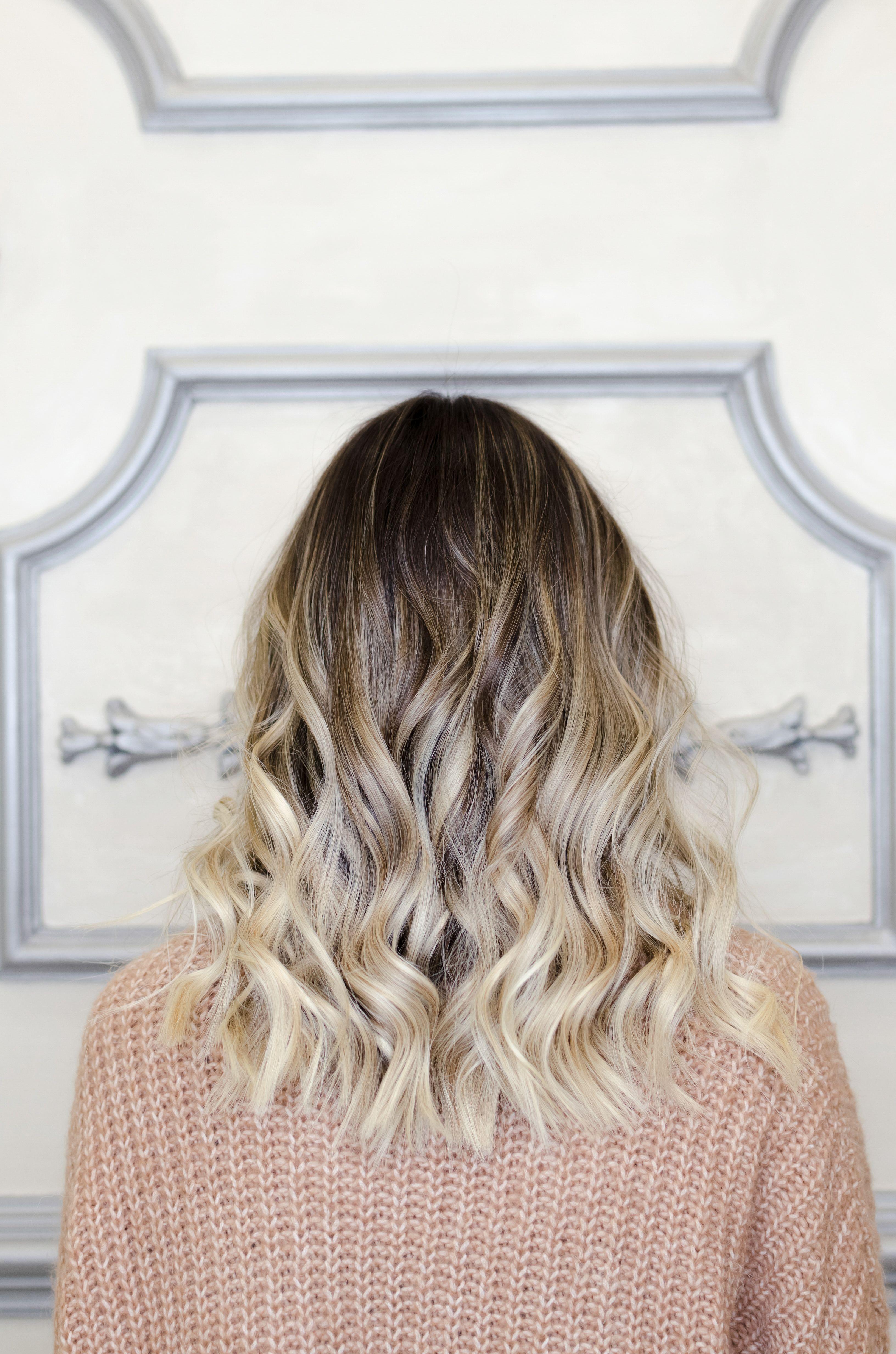 Te Preguntas Cómo Hacer Ondas En El Cabello Con Plancha Exiten Diferentes Tipos De Ondas Como Medium Length Hair Styles Blonde Balayage Balayage Hair Blonde