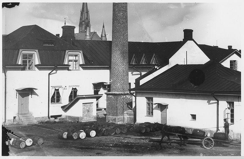Ab Vineto Oil Oy, Ruissalontie 6 | by Turun_museokeskus  Turussa sijainnut Axel Christiernsson Ab (myöh. Oy Grönblom Ab) perusti Suomen ensimmäisen öljytehtaan vuonna 1909. Kauppaneuvos Grönblom poikineen teki tehtaasta osakeyhtiön nimellä Ab Vineto Oil Oy vuonna 1911. Tarkoituksena oli valmistaa kotimaassa öljyjä ja rasvoja kotimaan tarpeisiin. Tuohon asti Suomessa käytetyt tuotteet oli pääasiassa valmistettu Saksassa tai Englannissa. Nimi Vineto Oil vaihdettiin nopeasti, jo 1912 nimeksi…
