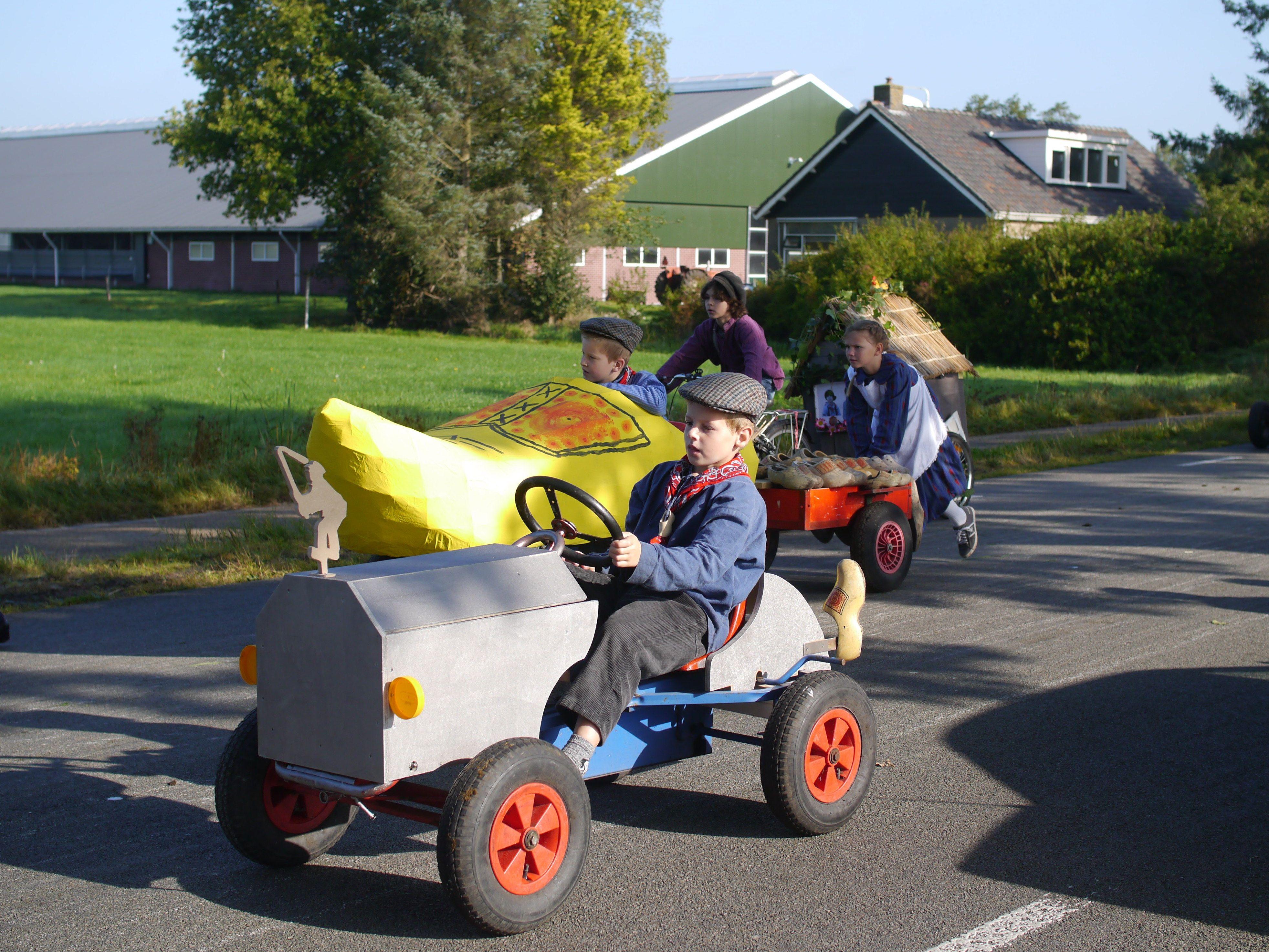 Een klomp als wagen  mET DE OPTOCHT IN oUDEHORNE. Friesland