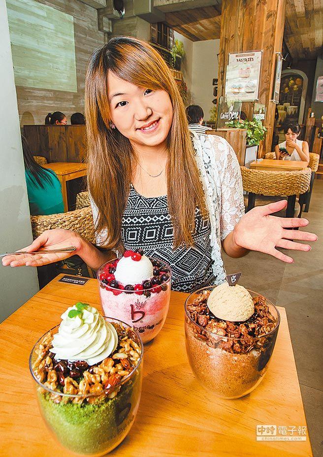 caffe bene刨冰2~3人份,共8種口味,有5成以上客人下午點餐。咖啡200元(右起順時針)、抹茶200元、優格野莓230元。