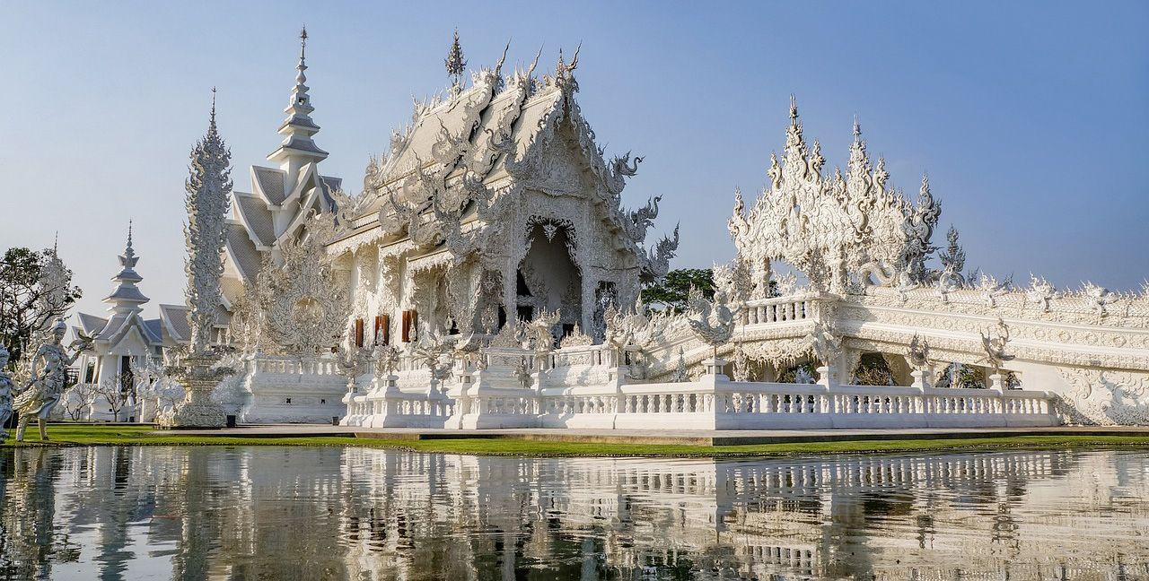 """Rong Khun Temple a Chiang Rai"" by qimono - Under Creative Commons license CC0 Public Domain (https://creativecommons.org/publicdomain/zero/1.0/deed.it) - https://pixabay.com/it/tempio-thailandia-asia-tailandese-1472732/"