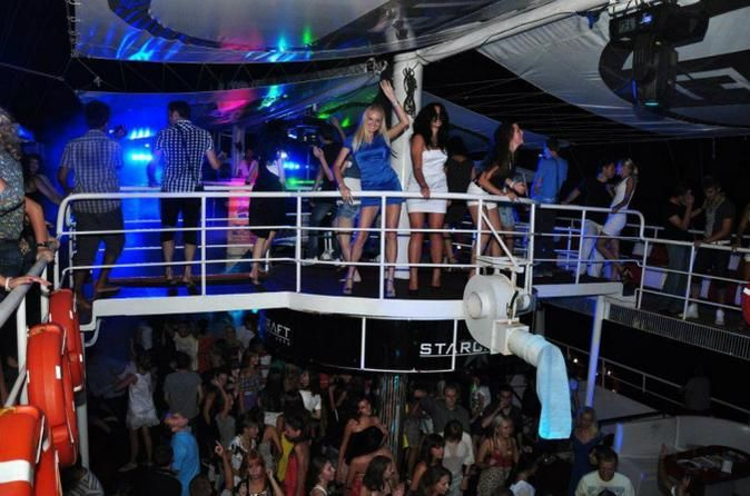 Alanya Party Boat at Night Join in with the best night party in Alanya on the luxury triple-decker yacht. Crazy foam party, modern club music, professional DJ, fire show and much more. Unlimited drinks are included. The driver will pick you up at the hotel around 21:00 and take you to Alanya harbour. The biggest luxury yacht in the port with lights and music will welcome you for the great party. At 22:00 the yacht leaves from the harbour and slowly sails along the Red ...