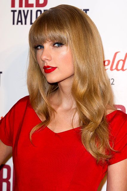 For A Red That Stays Put Najor Loves Mac Retro Matte In Ruby Woo A Makeup Bag Mainstay Keep Taylor Swift Red Lipstick Taylor Swift Red Red Lipstick Looks