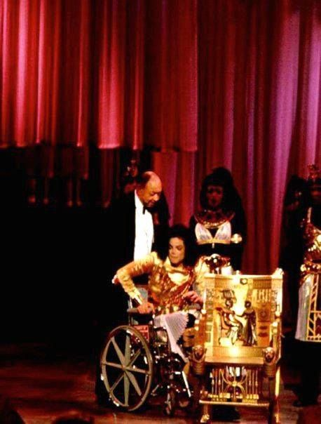Michael Jackson At The Black Entertainment Awards Where He Had Hurt His Foot Or Ankle And Was Facts About Michael Jackson Michael Jackson Micheal Jackson