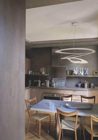 Un espace cuisine salle à manger aux vibrations feutrées. Plus de photos sur Côté Maison http://petitlien.fr/8136