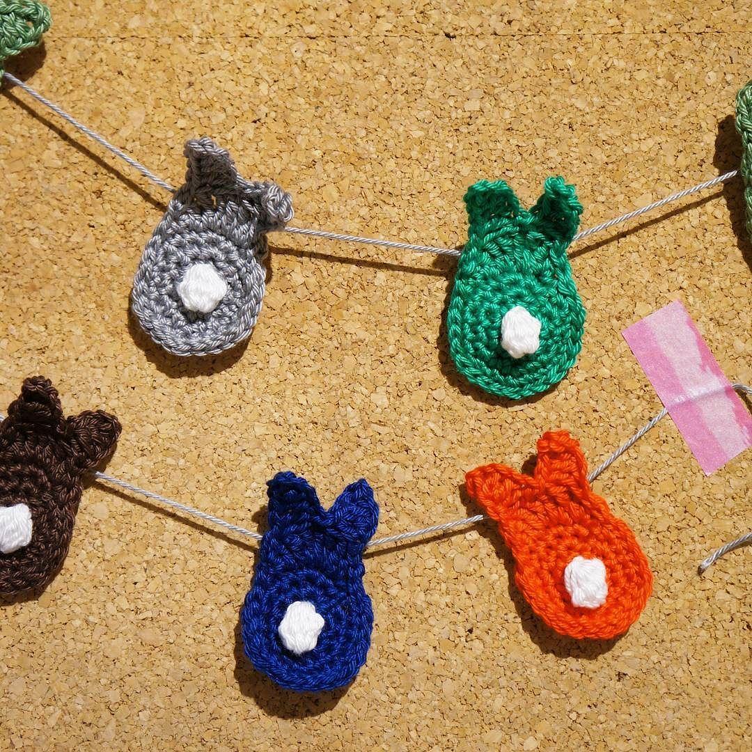 Voller Vorfreude auf unseren Ostermarkt mit und bei @himmelgrau.at dekorieren wir schonmal österlich. #bunny #easter #easterbunny #crochet #crochetersofinstagram #crocheting #ilovecrochet #rabbit #crochetbunny #ostern #häkeln #deko #decoration #kork #pin #pinnwand #washitape #diy #handmade #craft #garland #bunnygarland #girlande #hasenparade #hasengirlande by omas_teekanne