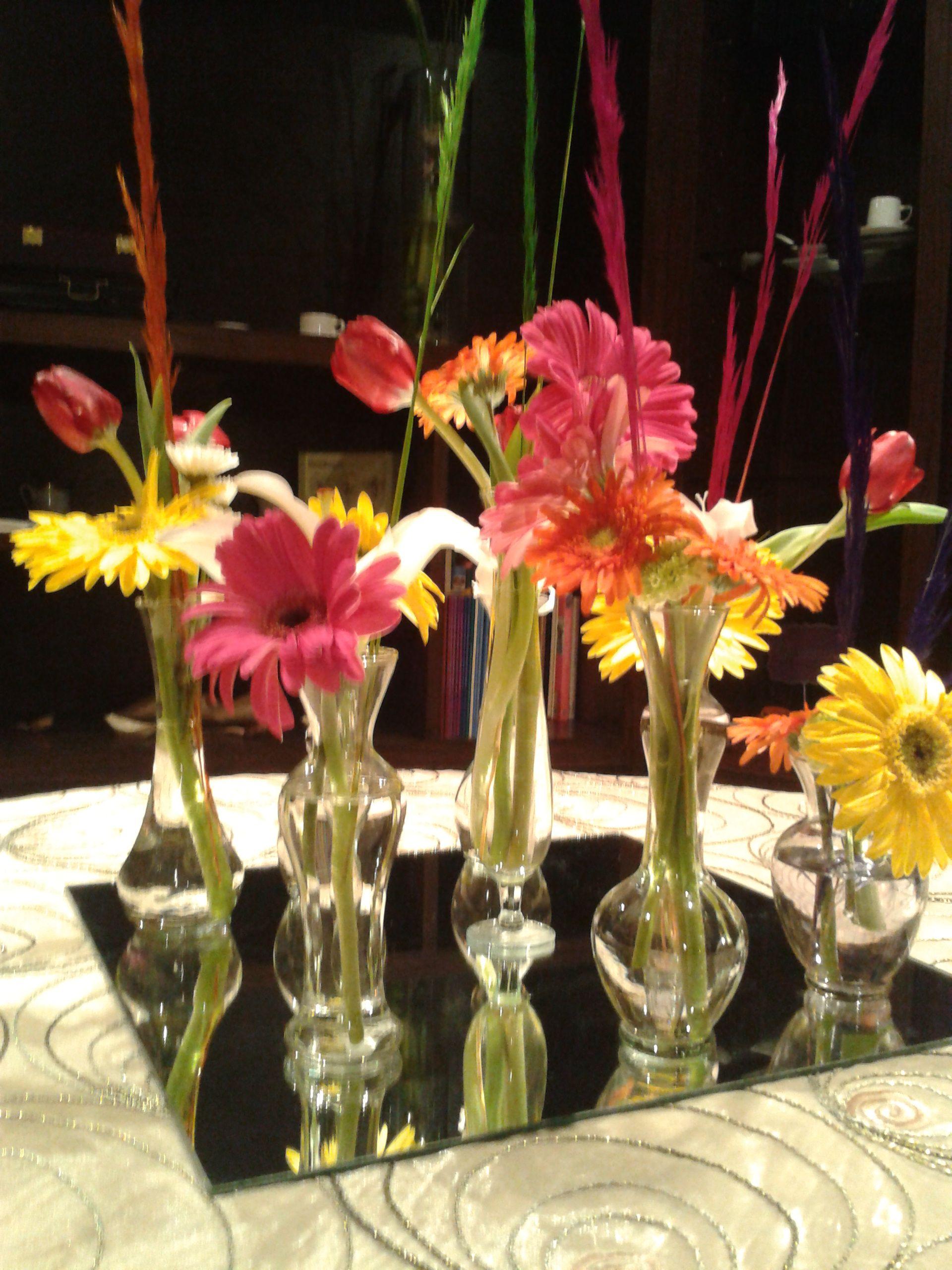 centro de mesa con floreritos vintage en coloridas gerberas tema fiesta xv decoracion con. Black Bedroom Furniture Sets. Home Design Ideas