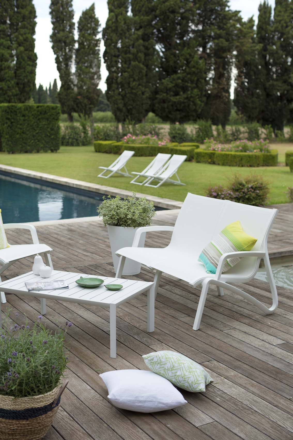 d tente au bord de la piscine esprit lounge pour ce salon de jardin l gant et confortable qui