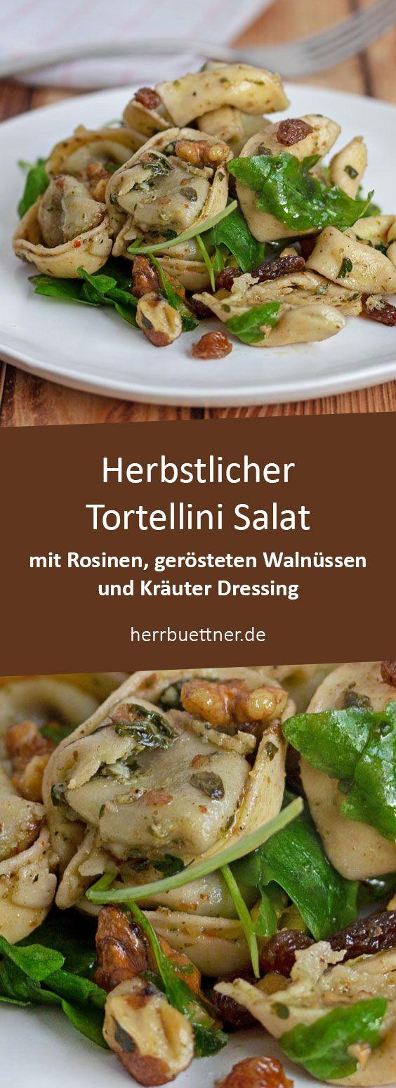 Herbstlicher Tortellini Salat mit gerösteten Walnüssen, Rosinen, Rucola und Krauter Dressing.