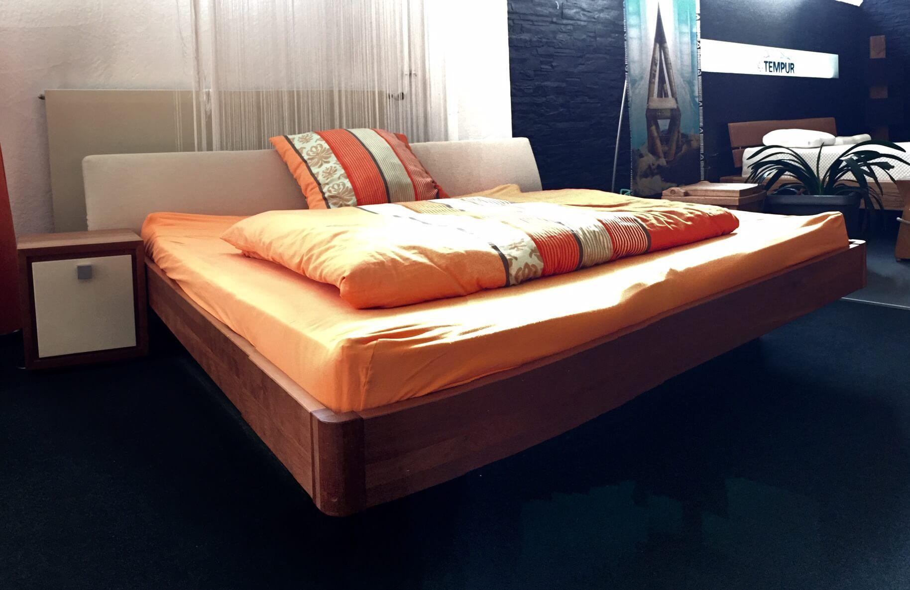 ZACK Design Bett Rahmen in Massivholz mit Kopfteil und Beitisch als Ausstellungsstück zum Sonderpreis bei BESTBED in Würzburg. Verbaut: INSIDE Wasserbett